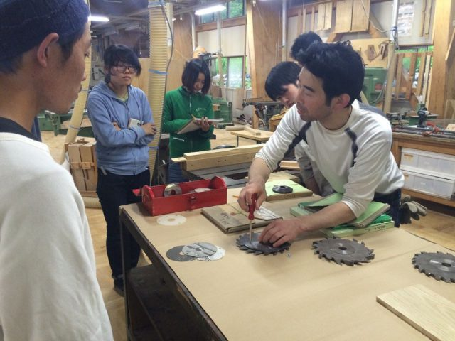 木工歴30年の職人、近藤さんの機械説明。